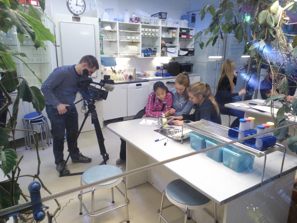 Tiimiläisiä kuvattiin ja haastateltiin Ylen uutisiin.