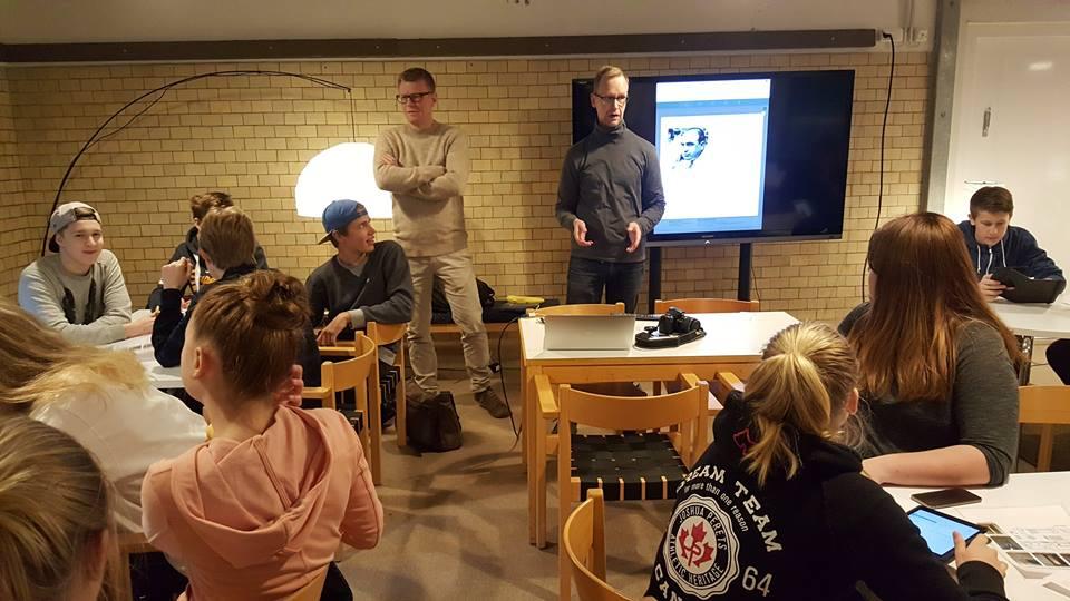 Riku Alkio Lentävä Liitutaulu Oy:stä ja opo Esa Rantamo ohjastavat peliä alkuun.
